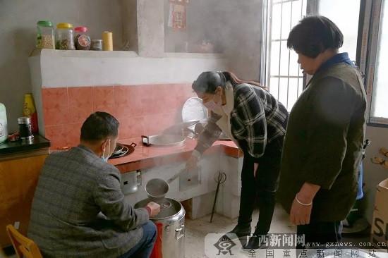 柳州市鹿寨县:母女每天煮药茶 无偿赠民防疫情