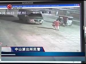 女子偷自行车 杠起就走