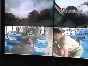 监拍消防战士公交车上赤手夺枪制服劫匪