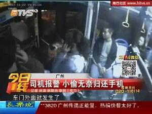实拍女贼挤上公交欲逃跑 司机关门堵截