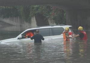 北海暴雨积水多车被困 消防官兵救出11人