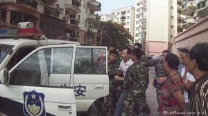 寓安花园小区遭不法分子手持大钢刀铁棍打砸引起骚乱