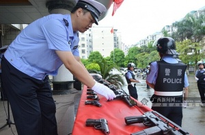 防城港交警开始配备冲锋枪手枪执勤