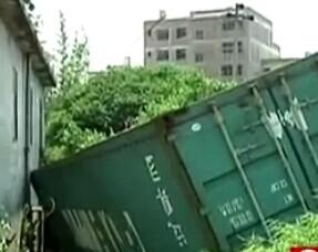 贺州 半挂车集装箱撞穿民房