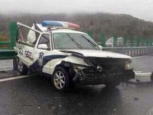 高速路围观事故 致10车连撞