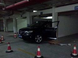 女司机倒车撞死老公夹死自己