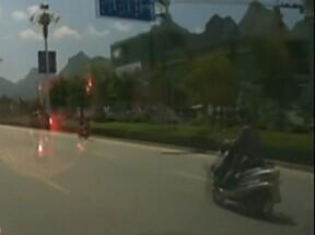 摩托车撞越野车 视频还真相