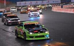 迪拜:汽车节上演漂移大赛