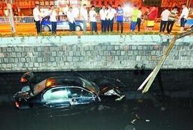 汽车开进河