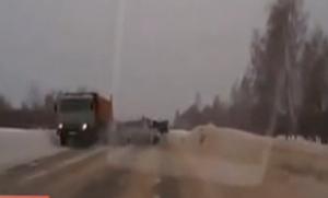 汽车雪地打滑 撞上大货车