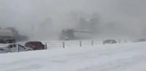雪天路滑150辆车连环相撞