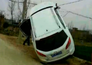 汽车车头悬空车尾着地