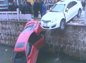 两车相撞 一车坠河一车半悬