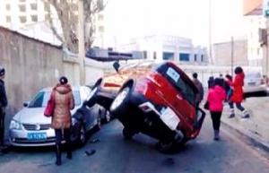司机错踩油门轿车飞上车顶