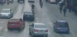 小车逃逸被追堵 街头疯狂赛车