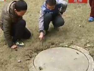 井盖旁玩鞭炮 8岁男孩受重伤