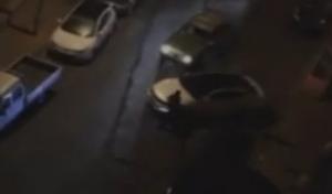 轿车轧人 被网友拍下