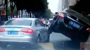两车互不相让 一辆骑上另一辆