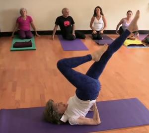 百岁老人练瑜伽 身轻如燕