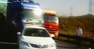 高速超小轿车逼停大货车