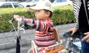 """萌娃也能""""骑""""单车"""