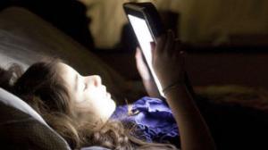 晚上玩手机越晚越容易长胖