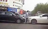 夫妻斗气 驾车追逐街头相撞