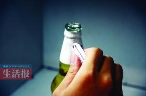 大拇指开啤酒瓶盖技巧