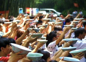 啤酒狂欢节:上千游客集体举海碗豪饮