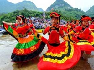 高清:彝族火把节  姑娘翩翩起舞