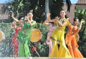 2015保亭嬉水节20日盛大开幕 万人上街嬉水狂欢