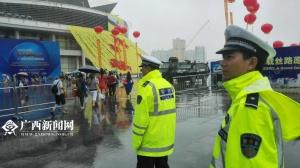 特警雨中执行安保任务