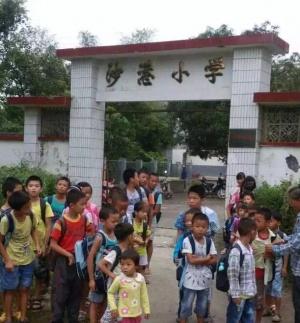公车镇沙港小学60名学童面临上学难