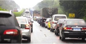 高速返程高峰提前到来 雨中行车需谨慎