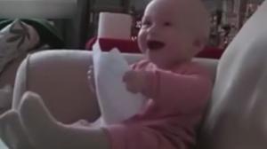 宝宝笑点低 疯狂笑不停