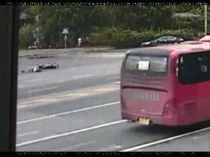 监控实录:路口有人被撞倒