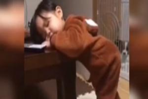 宝宝高难度睡姿趴桌打瞌睡