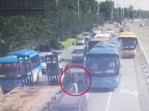 """5月17日焦点图:别车引发""""路怒"""" 两名司机互殴"""