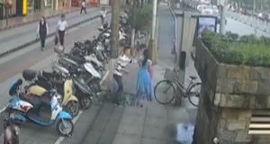 柳州:男子当街行凶 抢项链