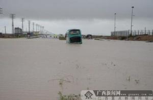 钦州:暴雨致载53人大巴被困水中