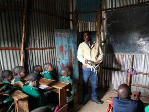 """肯尼亚贫民窟小学迎来""""开学季"""""""