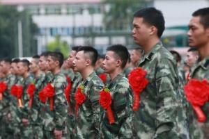 广西武警数千退伍老兵启程返乡 惜别战友