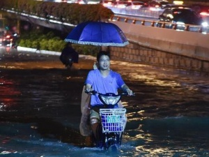 福州遭暴雨局地积水严重