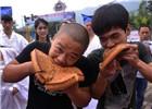 重庆市民比赛吃巨型月饼欢度中秋佳节