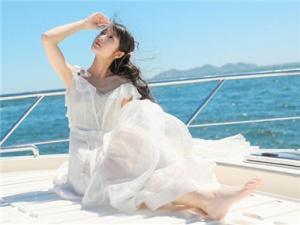 徐娇一袭白裙现身游艇 美丽动人好似海上仙子
