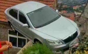 司机倒车太用力 开上别人家屋顶