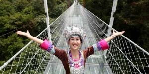 广西首座悬索玻璃桥建成亮相