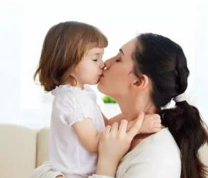 亲吻会让孩子高烧不退嘴里全疱疹?专家:有可能