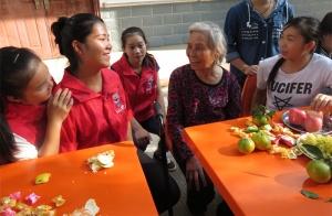 马山县的志愿者们陪福利院老人谈心聊天