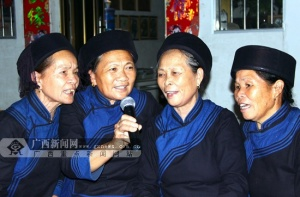 隆林:社区重阳节摆长桌宴为老人送上节日祝福